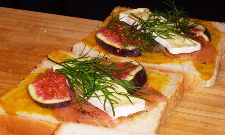 Lachs-Sandwiches mit Camembert und Feige