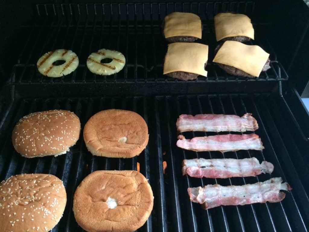 Wenn die Patties soweit gut sind, nehmen die Burger-Buns den Platz über der direkten Hitze ein