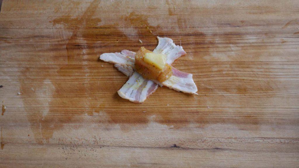 Die Chicken Bites Hawaii Style werden zu einem kleinen Päckchen zusammengebaut