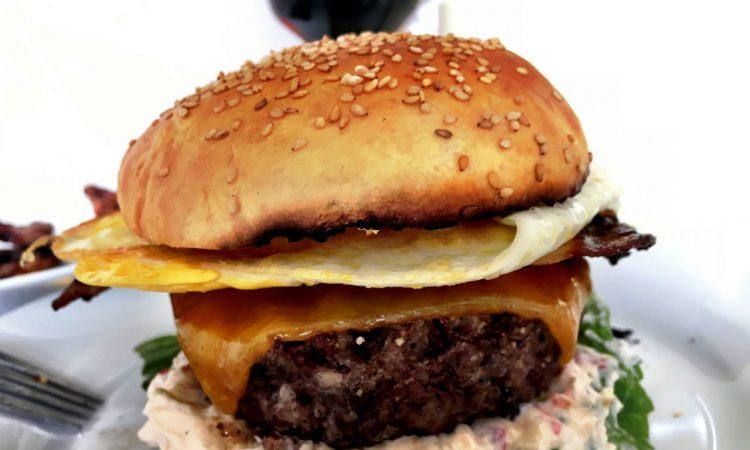Burger mit Chili-Frischkäse