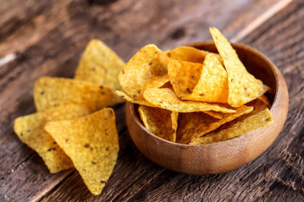 Maischips oder Nachos passen perfekt zu Guacamole