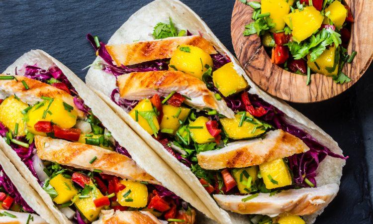 Tacos mit Hähnchenbrust und Mangosalat | Bild: lblinova