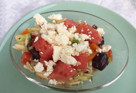 Griechischer Salat mit Melone und Feta