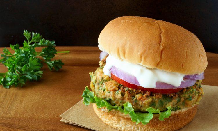 Falafel Burger mit Tomaten-Dip