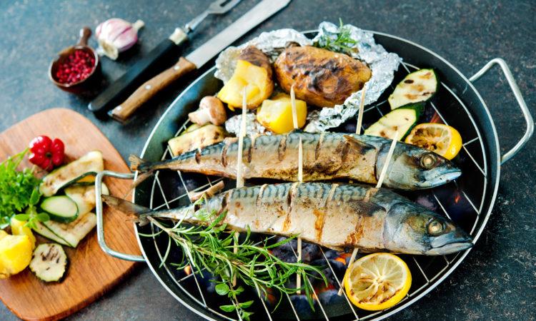 Gegrillte Makrele vom Holzkohlegrill
