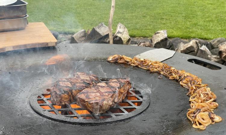 XXL Steak mit Schmorzwiebeln