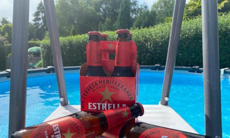 Ein kühles Estrella Damm am Pool